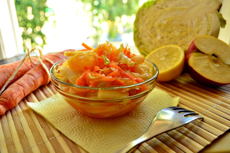 Салат из капусты с яблоком и апельсинами