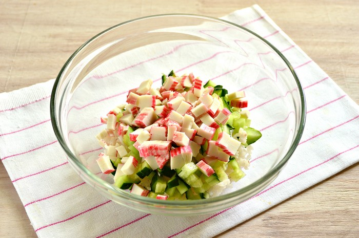 Салат с огурцом и крабовыми палочками колбасой и