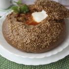 Красный борщ в круглом хлебе