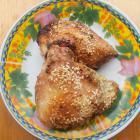Куриные бедрышки с кунжутом в сковороде гриль