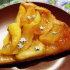 Открытый песочный пирог с карамелизованными яблоками