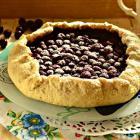 Открытый песочный пирог с вишнями