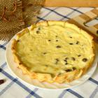 Открытый творожный пирог с изюмом