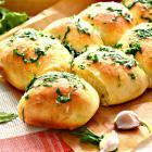 Пампушки с зеленью и чесночным соусом