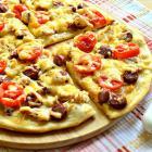 Пицца с охотничьими колбасками и курицей