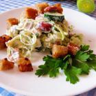 Салат с красной фасолью и чесночными сухариками