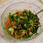 Салат со свежими овощами, рукколой и авокадо