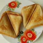 Сендвич с колбасой и сыром в бутерброднице