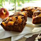 Шоколадный пирог с карамелизированными персиками