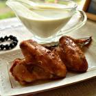 Запеченные куриные крылышки с соусом из сыра Мадета