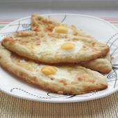 Аджарские хачапури с сулугуни и перепелиными яйцами