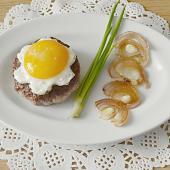 Бифштекс с яйцом