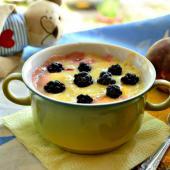 Фруктовый десерт из персиков и ежевики