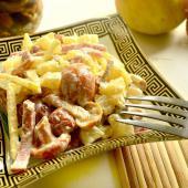 Грибной салат с колбасой