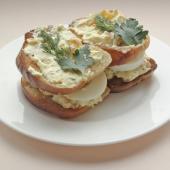 Индийский сэндвич с яйцом и курагой