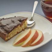 Итальянский яблочный кекс под шоколадной глазурью