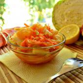Капустный салат с яблоками и апельсином