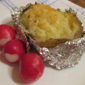 Картофель, запеченный в фольге с маслом и сыром