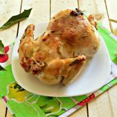 Курица целиком в духовке с лавровым листом и чесноком