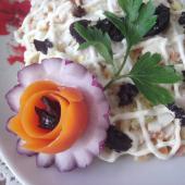 Куриный салат с черносливом