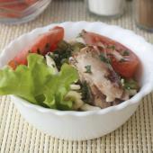 Оригинальный салат из фузилли с горошком и венскими сосисками