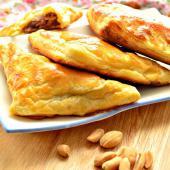 Печеные пирожки с мясной начинкой и орехами