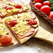 Пицца с помидорами черри и солеными огурцами