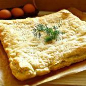 Пирог из слоеного теста с капустой и яйцами