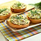Праздничные бутерброды с салатом