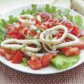 Салат из кальмаров под соусом из паприки