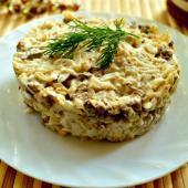 Салат с куриной печенью и рисом