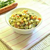 Салат с охотничьими колбасками и сырным соусом