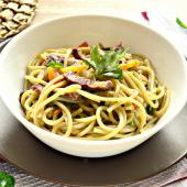 Шпинатные спагетти с говядиной