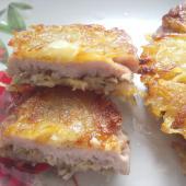 Свиные отбивные с сыром на картофельной перине