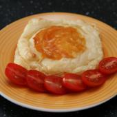 Сыр камамбер, запеченный в слоеном тесте