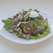 Тайский острый салат с говядиной, фундуком и чили
